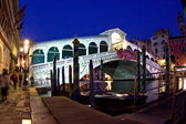 Rialto bridge by night in Venice — Stock Photo