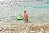 Rapaz se diverte na praia — Fotografia Stock