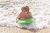 Rapaz se diverte com a prancha de surf — Fotografia Stock