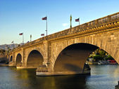 London Bridge in Lake Havasu, old historic bridge rebuilt with o — Stock Photo