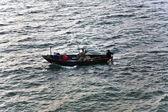 рыбаки с жезл рыбалка с лодки — Стоковое фото