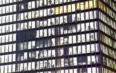 Fasad av kontorsfastighet nattetid — Stockfoto