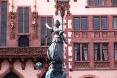 Socha spravedlnosti lady před romer ve Frankfurtu - klíček — Stock fotografie