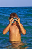Garçon avec masque de plongée dans la mer — Photo