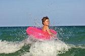Çocuk bir yüzmenin halka eğlenceli ocea vardır — Stok fotoğraf
