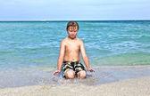 Chłopak cieszy się czystej wody w Oceanie — Zdjęcie stockowe