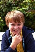 Pojken satt på en bänk — Stockfoto