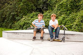 Meninos estão sentados em uma caixa no parque de skate — Foto Stock