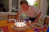 Adam onun doğum günü pastası havaya uçurur — Stok fotoğraf
