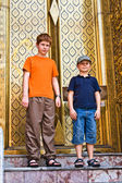 Children are posing in the grand palace — 图库照片