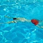 Child has fun in the pool — Stock Photo #5678792