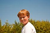 Gelukkige jongen is glimlachend en genieten van het leven — Stockfoto