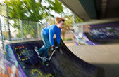Kind auf seinem roller beschleunigt nach unten — Stockfoto