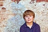 Sevimli genç bir çocuk portresi — Stok fotoğraf