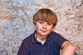 在聚光灯下的地窖里的男孩 — 图库照片