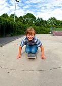 Pojken har skridskor på skateboardpark — Stockfoto