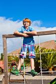 Portret szczęśliwy nastolatek na plac zabaw — Zdjęcie stockowe