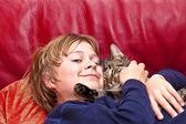 Niño abrazando con su gato — Foto de Stock