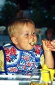 Młody chłopak jedzenie — Zdjęcie stockowe