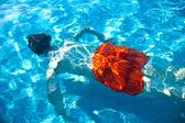 儿童在游泳池潜水 — 图库照片