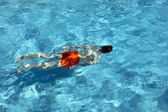 Šťastný chlapec je plavání v bazénu — Stock fotografie