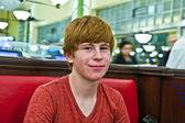 Garçon souriant dans un diners nuit — Photo