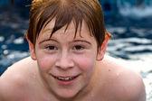 红头发的微笑和快乐男孩是游泳和放宽中 — 图库照片