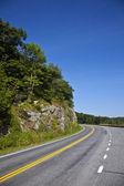 Schöne malerische Land Straße Kurven durch Shenandoah nationa — Stockfoto