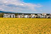 Osada poblíž okraje pole — Stock fotografie