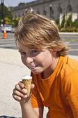 Menino gosta de sorvete — Foto Stock