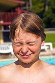Child has fun in the pool — Stock Photo
