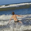 Young boy enjoys the waves of the blue sea — Stock Photo