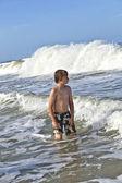 Chłopak cieszy się fale oceanu — Zdjęcie stockowe