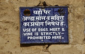Sign in a hindu temple in Jaipur for code of behaviour — Stockfoto