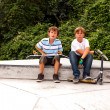 Boys are sitting at a box in the skate park and relaxing from sk — Foto Stock