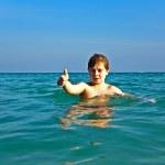 Kızıl saçlı çocuk güze net sıcak su keyfi — Stok fotoğraf