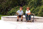男の子はスケート公園でボックスで座って、sk からリラックス — ストック写真
