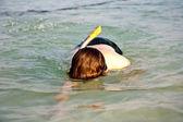 Mladík je šnorchlování v čisté moře — Stock fotografie