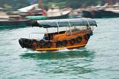 Crociera in barca con spazzatura in legno tradizionale — Foto Stock