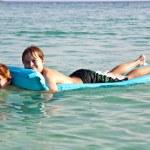 broers genieten van het spelen samen in de kristal heldere oceaan — Stockfoto