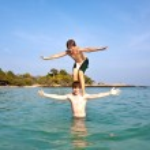 hermanos jugando juntos pickapack en el océano hermoso — Foto de Stock