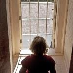 Frau suchen eines Fensters — Stockfoto #5723910