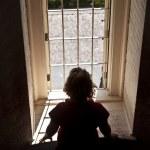 Frau aus einem Fenster schauen — Stockfoto #5723921