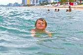 Bambino è nuotare nell'oceano — Foto Stock