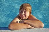 Dirseğini havuz kenarında kalan çocuk — Stok fotoğraf