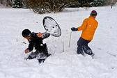 I bambini sono una palla di neve lotta nell'area neve — Foto Stock
