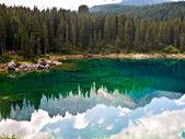 Parfaitement clair lac émeraude dans les montagnes — Photo