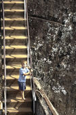Boy climbs up the rocky stairs to the old fortress of Sigiria in — Stock Photo