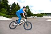 Garçon s'amuse avec son bmx au skatepark — Photo