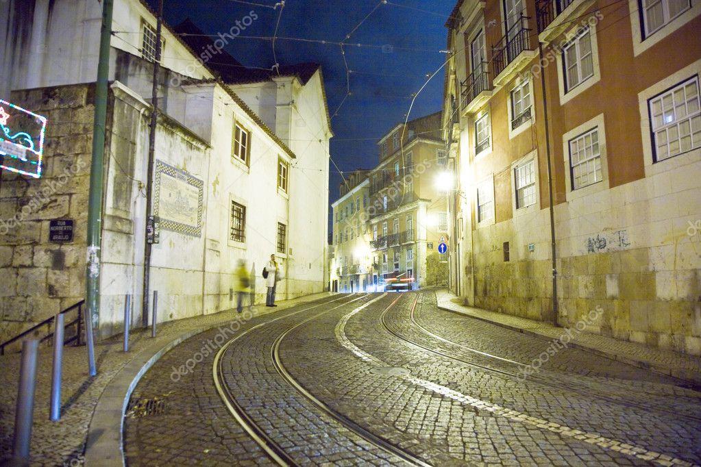 Por la noche las calles y casas antiguas del casco - Casco antiguo de lisboa ...
